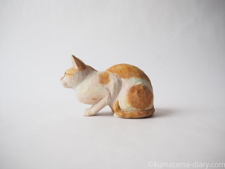 茶トラ白猫さん木彫り猫左