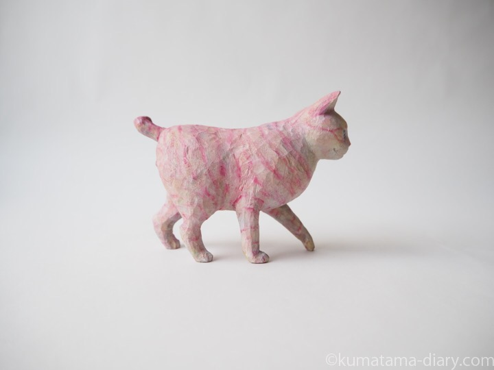ピンク木彫り猫右