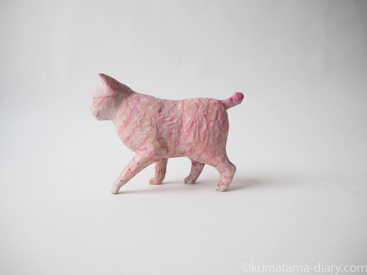 ピンク木彫り猫左