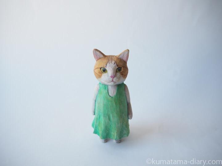 茶トラ白猫の木彫り猫