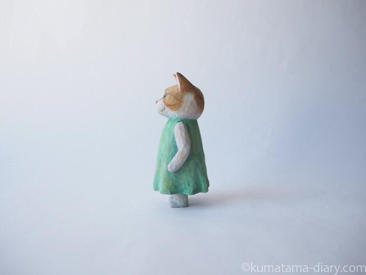 茶トラ白猫の木彫り猫左