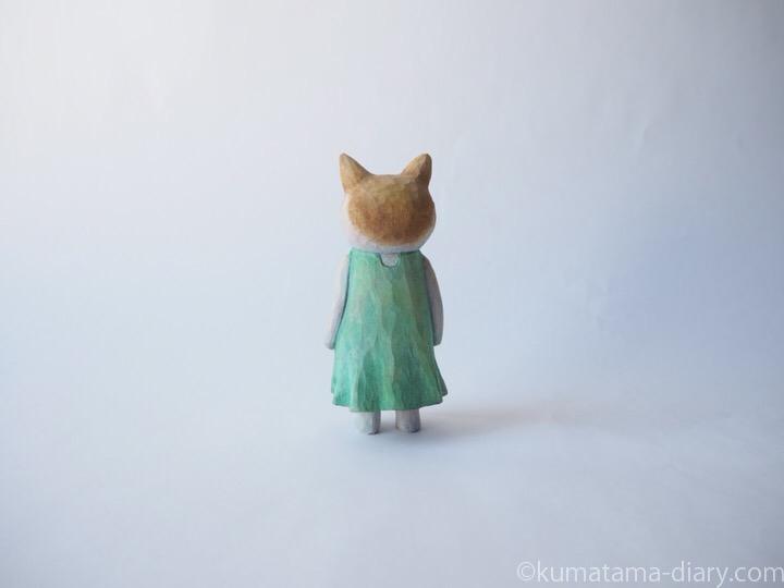 茶トラ白猫の木彫り猫後ろ