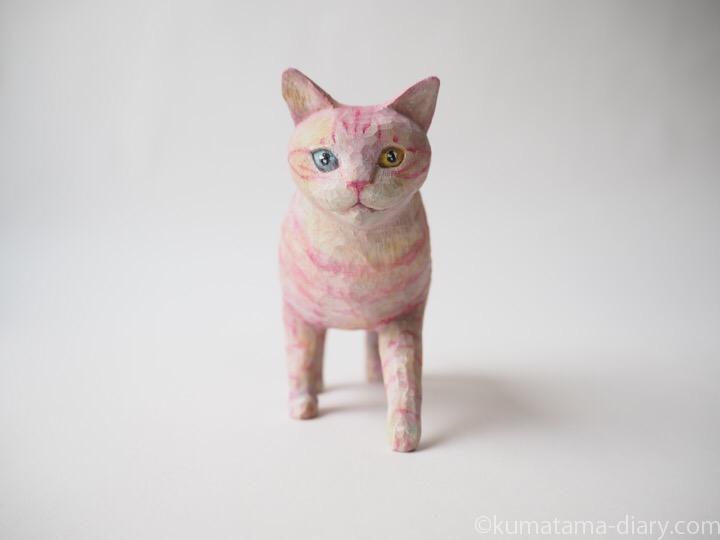 ピンク木彫り猫