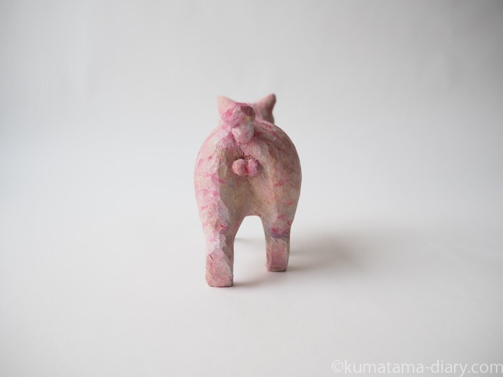 ピンク木彫り猫後ろ