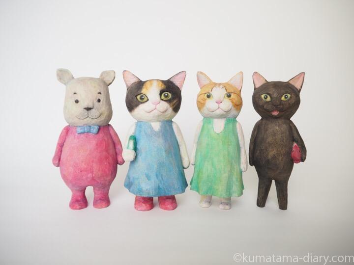 カバと木彫り猫たち