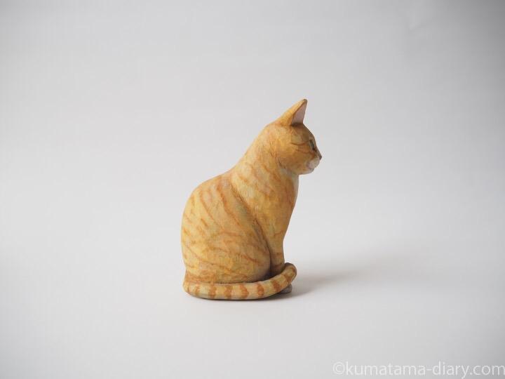 茶トラ白猫さん木彫り猫右