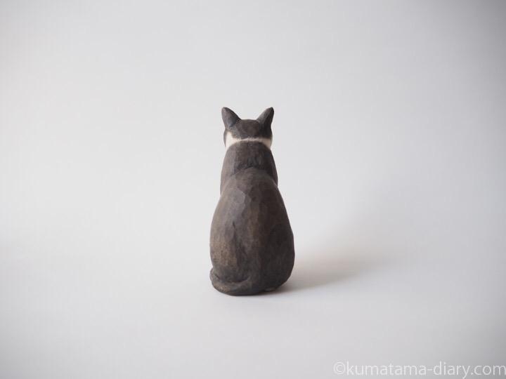 黒白猫さん木彫り猫後ろ