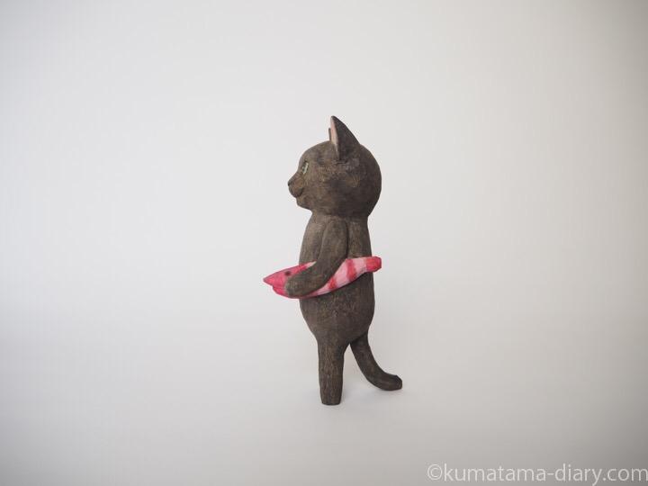 黒猫の木彫り猫エビ左