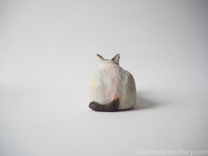 サバトラ白猫さん木彫り猫後ろ