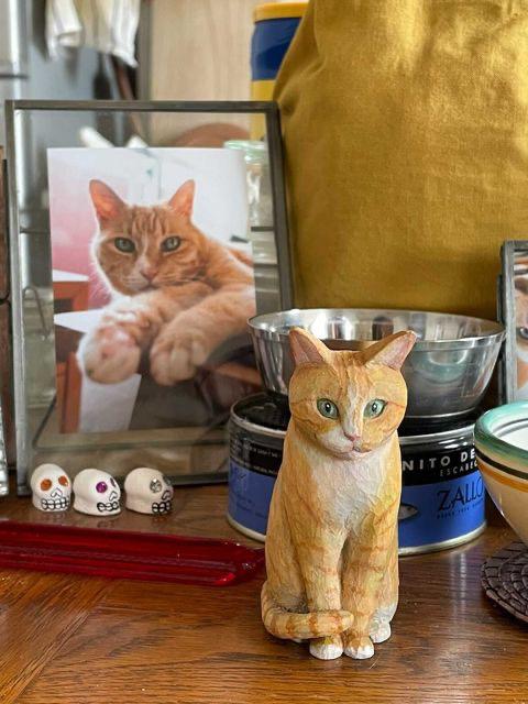 茶トラ白猫さん木彫り猫き
