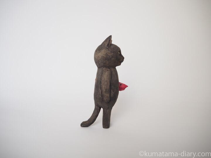 黒猫の木彫り猫エビ右