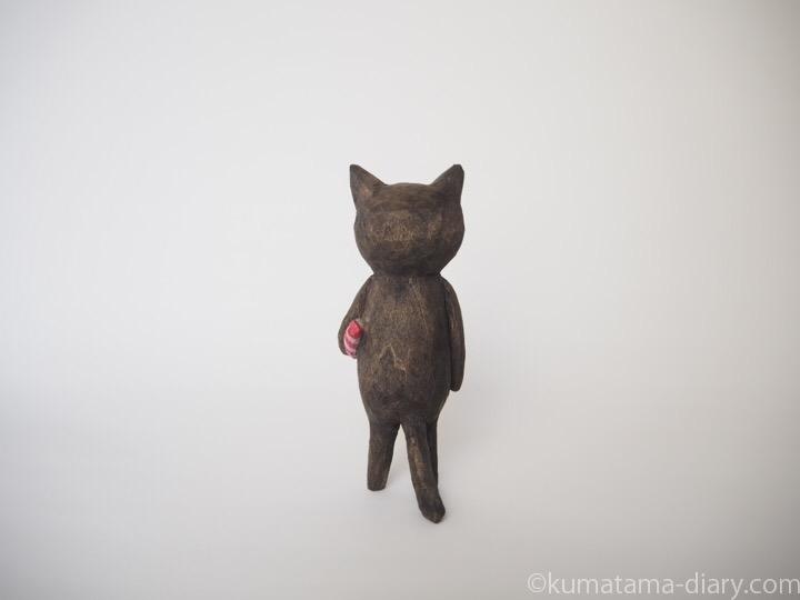 黒猫の木彫り猫エビ後ろ
