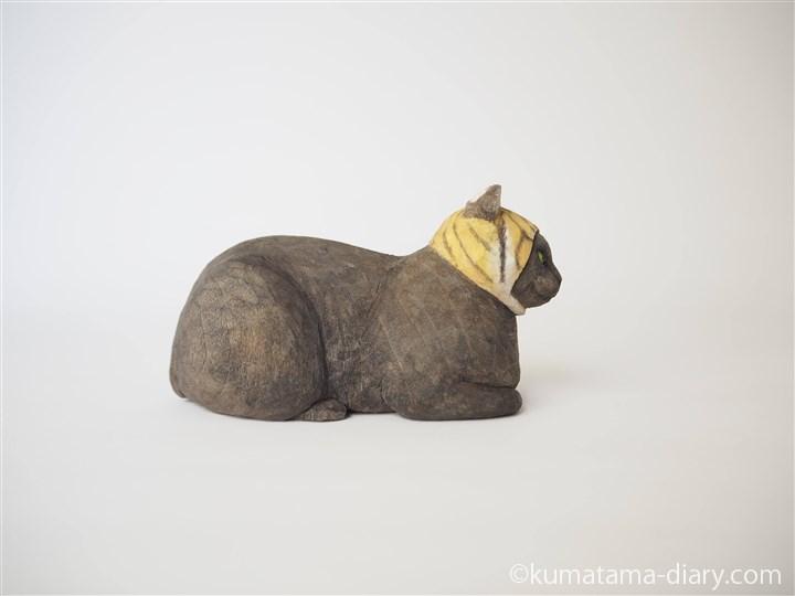 香箱座りの黒猫さん木彫り猫右