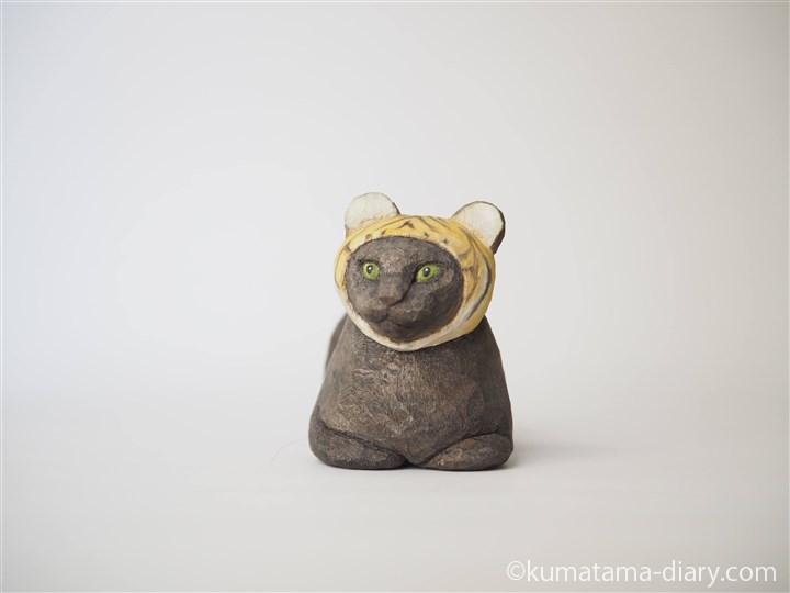 香箱座りの黒猫さん木彫り猫
