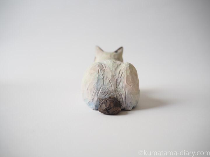 キジトラ白猫さん木彫り猫後ろ