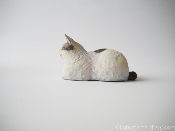 キジトラ白猫さん木彫り猫左